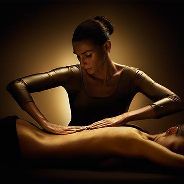 Massages, zowel klassieke massage als voor hotstone massage kun je bij Care & Co terecht.